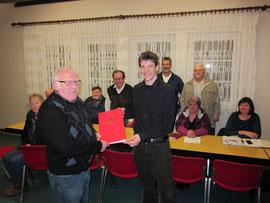 Foto von links: Mitgliederehrung der SPD: Willi Bötte, Markus Mannsbarth, dahinter Mitglieder der SPD Hümme.