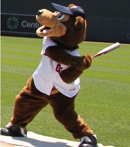 TC Bear mascotte dei Twins batte la palla sulle tribune del Metrodome