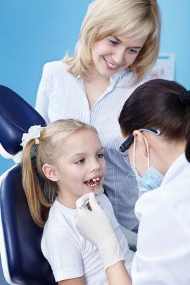Kinder-Prophylaxe: Zahnreinigung der Milchzähne, Tipps zur richtigen Zahnpflege und gesunden Ernährung, Fissurenversiegelung (© Deklofenak - Fotolia.com)