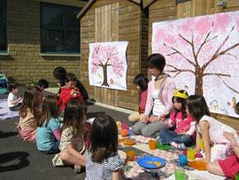 皆で描いた桜の下でお花見。お花見団子も美味しかった~。