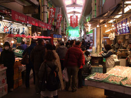 油与商店の品が並ぶ近江町市場
