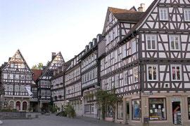 Schorndorf, Häuserreihe auf dem Marktplatz mit Marktbrunnen (links im Bild)   - © Traudi