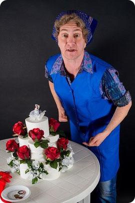 Kabarettist Steven Förster als Klofrau mit Hochzeitstorte aus Toilettenpapier