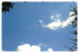 blauer Himmel mit weissen Wölkchen