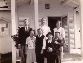 Во втором ряду слева направо: Евгений Кожевин, о. Евгений Селицкий, Раиса Кожевина, в первом ряду Мария Филина, Василий Филин, Пелагея и Иван Великановы. 1950-е г.г.
