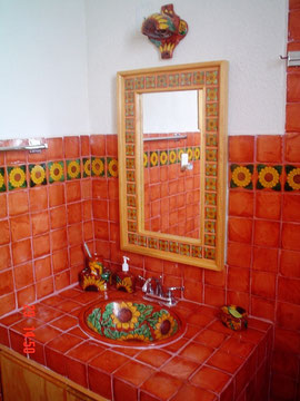 Azulejo Talavera modelo Girasol Terracota con Liso Terracota Deslavado en 10.5 x 10.5 cm, ideal para baños y cocinas mexicanas lo encuentras en Rústicos Artesanales visítanos en nuestra web www.rusticosartesanales.com