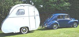 """Caravane """"ma coquille"""" attelée à une 4CV Renault"""