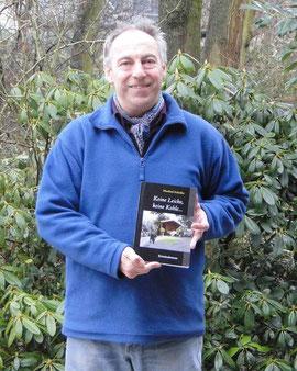 Der Krimi-Autor Manfred Schloßer freut sich über sein drittes Buch