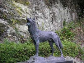 Monument Honshu-Wolf, Nara, Wikipedia c) Katuuya