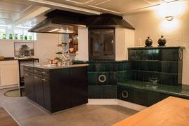 Kochherdanlage mit Cheminée und Kachelsitzbank