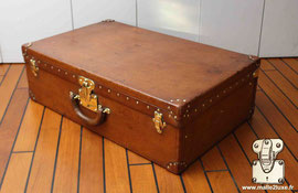 Old leather suitcase  : Rigid luggage, full leather series with socket. The corners are also made of leather. The seams in the corners are sewn in  saddle stitch.