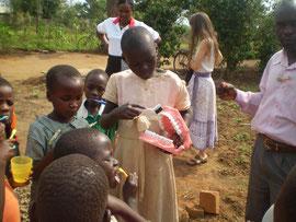 Kinder üben das richtige Zähneputzen