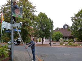 Plakat aufhängen vor dem Bürgerhaus (vergrößerbar)