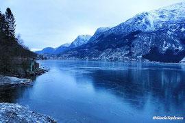 Blick auf Odda über den gefrorenen Fjord...