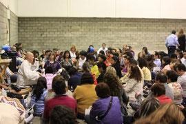 300 Menschen an der Unsichtbaren Heiler Session in Mexiko Stadt, Juli 2011