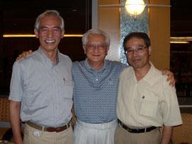秋山和慶先生(中)を囲む蔵田前代表(右、現幹事長)と長谷川現代表