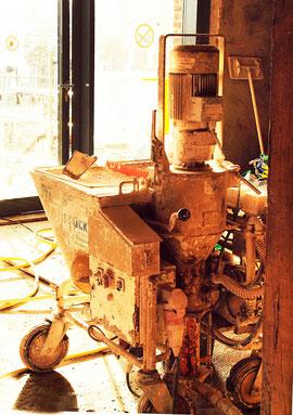 Baumaschine in bläulich-rotes Licht getaucht (Foto und Bearbeitung: Rita Helmholtz)