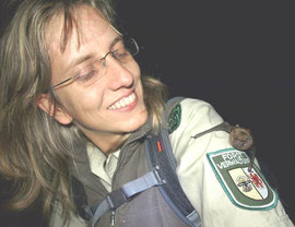 Sylvia Schulz, Forstamt Pudagla lässt einen Abendsegler wieder fliegen