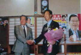大石信生議員と勝利を分かち合い(2010年4月18日未明)