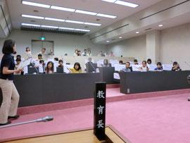 議員席に座る子供達。私の席は最前列の向かって一番右です