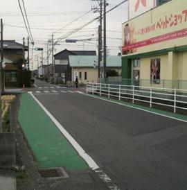 カラー舗装の右の水路に蓋をして歩道に…