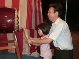 休憩の合間に4歳の長女と太鼓演奏