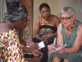 Waltraut Biester mit Projektpartnern in Kamerun © Waltraut Biester