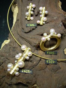 Bild:Schmuckset,Anhänger,Ring,Ohrstecker,Gelbgold750,18kt,Akoya,Perlen,Brillanten,Diamanten,Handarbeit