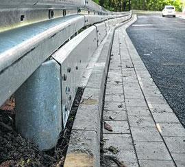 Leitplanken montiert: Nach Feinarbeiten wird die Aachener Straße zwischen Innenstadt und Büsbacher Berg morgen freigegeben. Foto: Stolberger Zeitung / Nachrichten