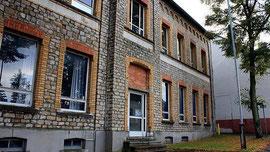 Eine von mehreren Anlaufstellen des Ortsrundgangs: Die alte Schule in Werth.