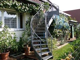 Haussüdseite mit Treppenaufgang zum Wintergarten
