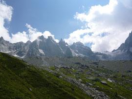 Sciorahütte (Bildmitte) im Hintergrund die Scioragruppe