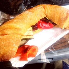 ピリ辛なパンに野菜とチーズ