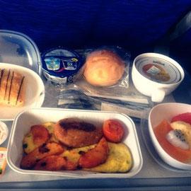 機内食もぐもぐ食べて