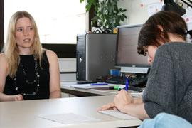 Politikwissenschaftlerin Hanna Kaspar im Gespräch mit der Wahlmobil-Crew. Foto: Katharina Dielenhein