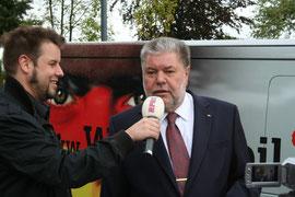 Kurt Beck am Wahlmobil.