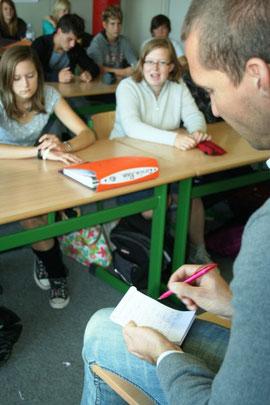 Volontär Marco PLein notiert die Aussagen der Schüler. Foto: Eckhardt