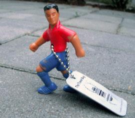 Eine Plastik-Figur mit einem Travel Bug-Anhänger