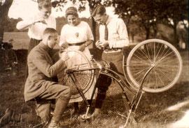Fahrradpanne im Jahr 1910. Früher war Reparieren einfacher...Quelle: Medienzentrum Osnabrück