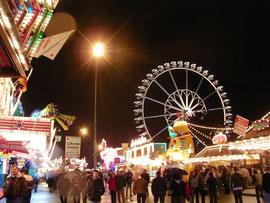 Das Cannstatter Volksfest bei Nacht.