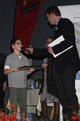 Bastian Steeg freut sich über seinen dritten Platz bei der Sportlerehrung