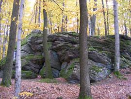 Felsformation (mit Kriegerdenkmal), Böllsteiner Gneis