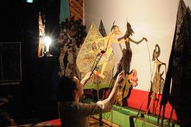 インドネシア・ジャワ島の伝統芸能影絵、古典演目の公演です。