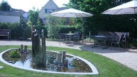 Demenzgarten - Gartensitzplätze am Wasserspiel haben eine beruhigende Wirkung.