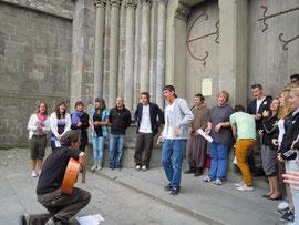 Les jeunes Suisses chantent devant la basilique