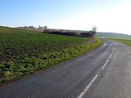La silhouette des vestiges du château est visible depuis la route venant de Sourdon (au nord-est) et menant à Paillart (au sud-ouest).