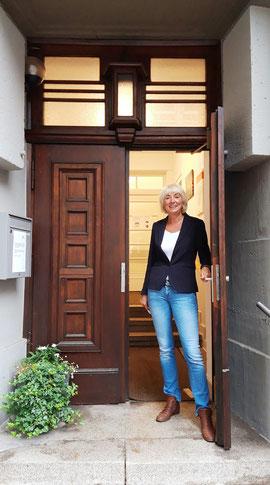 Ulrike Kamps vor dem Caritas Suchthilfezentrum