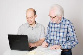 Klaus Braun und Karin Lösch bei der Beratung im Bioladen