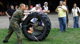 Wer aus dem Reifen purzelte, hatte verloren – nur eines von vielen originellen Spielen im Rahmen der Haltinger Dorfolympiade. | Foto: Sedlak