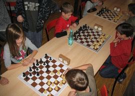 Die Buchloer Spitzengruppe unter sich: Turniersiegerin Dilan Hacklinger (links vorne) konzentriert sich gegen Uli Weller. Ihr Bruder Leon (rechts außen) hat gerade seine Partie gegen Tim Buttler eröffnet